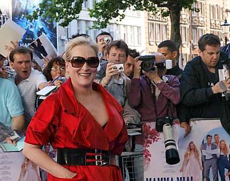 Meryl Streep ja ihailijat Mamma Mian ensi-illassa.