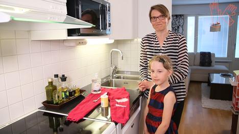 """Suomen kaikkien aikojen niksiksi valittiin klaukkalalaisen Sanna Salmen tahranpoistoniksi """"Rasvatahrat veks"""". Niksi perustuu astianpesuaineen ja leivinaineen käyttöön."""