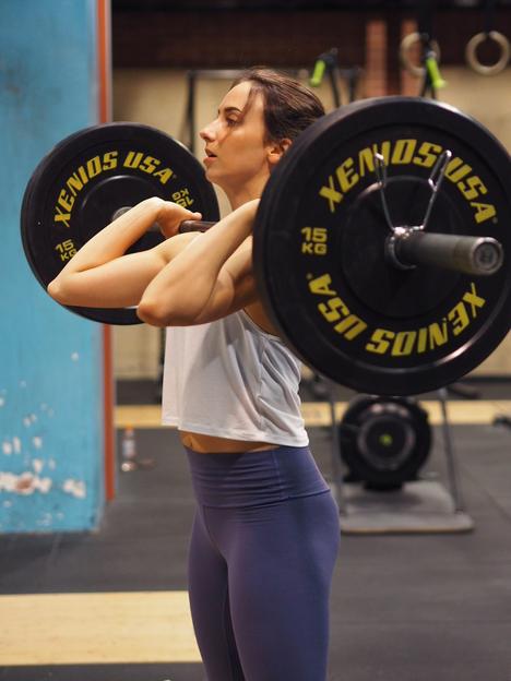 Yleinen mielikuva on vieläkin se, että kun koskee tankoon muutaman kerran, näyttää vuoden päästä kehonrakentajalta, sanoo valmentaja. Naisilla lihas kerääntyy kuitenkin usein siten, että se vain korostaa muotoja, kuten reisiä, pakaroita ja olkapäitä.