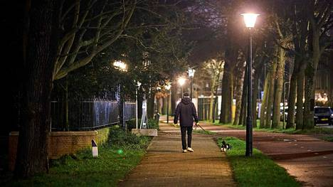 Koirien ulkoiluttaminen on sallittua myös ulkonaliikkumiskiellon aikana.