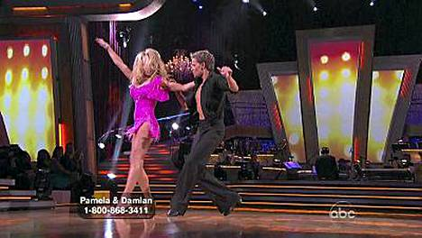 Pamela Anderson ja Bruno Tonioli tanssin pyörteissä. Pian revitään paita päältä.