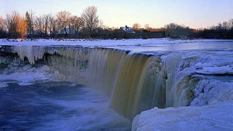 Pohjois-Virossa Jõelähtmessä sijaitseva Jägalan vesiputous on maan korkein luonnollinen vesiputous.