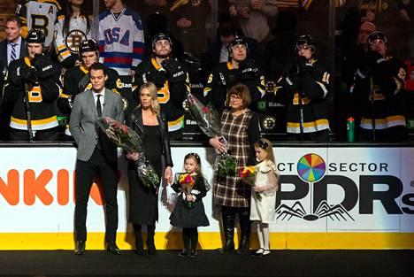 Raskin vaimo, tyttäret ja äiti osallistuivat maalivahdin 500. NHL-ottelun juhlaseremoniaan tammikuussa Bostonissa.