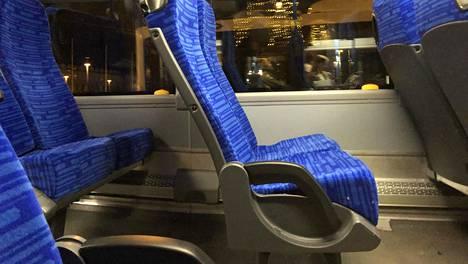 Nobinan uusissa autoissa on siniset pehmustetut penkit ja kyynärnoja käytävän puoleisella paikalla.