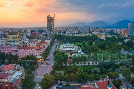 Tirana sijaitsee sisämaassa 20 kilometrin päässä merenrannasta.