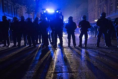 Kolmen päivän aikana yli 200 poliisia on loukkaantunut yhteenotoissa.