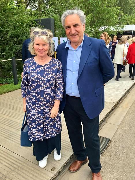 Downton Abbey sarjasta tuttu John Carter lähetti terveiset suomalaisille yhdessä kuuluisan näyttelijävaimonsa Imelda Stauntonin kanssa.