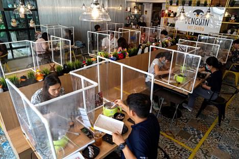 Penguin Eat Shabu -ravintolassa on rakennettu nokkelat muoviseinämät, joilla asiakkaat ja pöydät on eristetty toisistaan Thaimaan Bangkokissa.