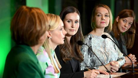 Sanna Marinin (kolmas vasemmalta) hallituksen puoluejohtajaviisikko hallituksen tiedotustilaisuudessa maanantaina.