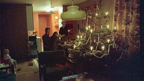 Tunnelmallista joulunviettoa kotona vuonna 1976.
