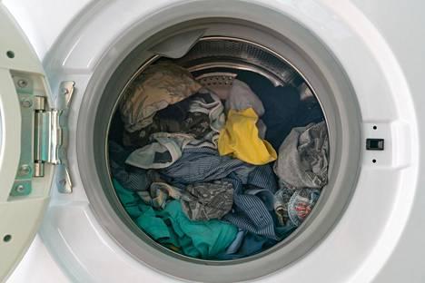 Koneen pesuohjelmiin kuuluva 2–3 huuhtelua ei välttämättä riitä poistamaan pesuainejäämiä pyykistä.
