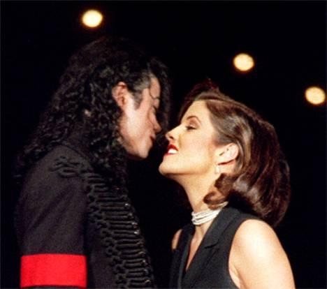 Michael Jackson vaimonsa Lisa Marie Presleyn kanssa 1994.