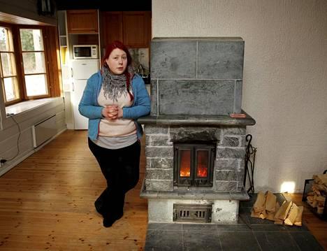 Aulikki Raita on tullut laittamaan Vihdissä sijaitsevaan lapsuudenkotinsa takkaan tulta. Hän yrittää äitinsä ja sisarusten kanssa saada taloa myydyksi. Huonekaluja ei ole ja talossa on noin 17 astetta lämmintä.