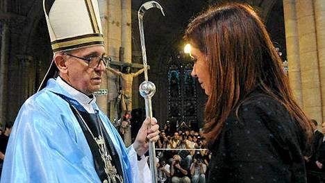 Presidentti Cristina Fernández de Kirchner ja uudeksi paaviksi valittu Franciscus I arkistokuvassa.