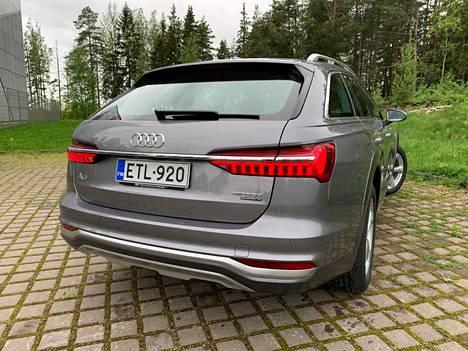 Vaakasuuntainen kromilista korostaa A6:n leveyttä, eikä suinkaan ilman katetta. Tilaa on nimittäin tarjolla varsin hyvin myös auton sisäleveyden osalta.