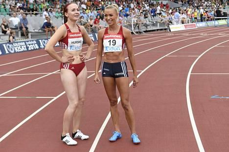 Annimari Korte (oik.) ja Reetta Hurske hymyilivät 100 metrin aitakisan jälkeen. Hopea ja pronssi siivittävät kaksikon erittäin todennäköisesti Berliinin EM-kisoihin.