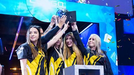 Team Dignitas -joukkue juhli vuosi sitten Puolassa pelatun suurturnauksen voittoa.