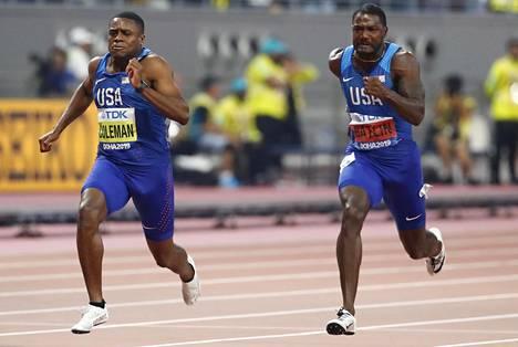 Nouseva tähti Christian Coleman (vas.) päihitti 100 metrin finaalissa konkari Justin Gatlinin.