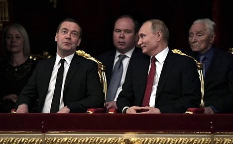 Vladimir Putin ja entinen presidentti sekä pääministeri Dmitri Medvedev kuvattuna Bolshoi-teatterissa joulukuussa 2018.