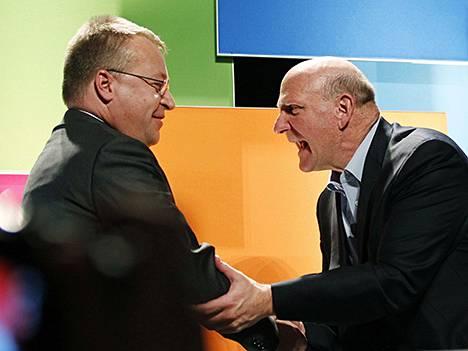 Stephen Elop (vas.) ja Steve Ballmer.