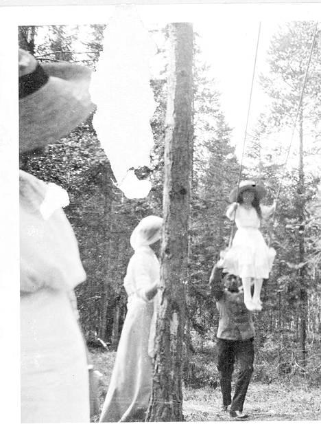 Nikolai II oli hyvin perhekeskeinen. Kuvassa keinuu prinsessa Anastasia.