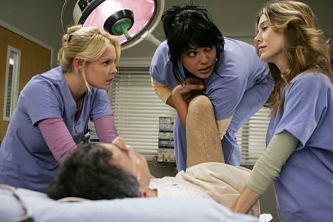 Greyn Anatomiassa kirurgiharjoittelijat etenevät kausien myötä kokeneemmiksi kirugeiksi. Kuvassa Katherine Heigl, Ellen Pompeo ja keskellä sarjassa ortopedi Callie Torresia esittävä Sara Ramírez.