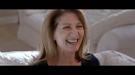 Safechuckin ja Robsonin vanhemmat esiintyvät dokumentissa paikoin hyvinkin hilpeinä. Kuvassa James Safechuckin äiti Stephanie Safechuck.