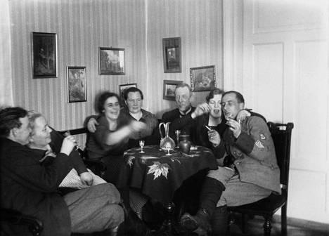 Iloinen seurue kotikutsuilla 1920-luvulla.