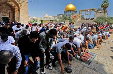 Ramadanin kolmatta rukousperjantaita vietettiin Al-Aqsan moskeija-alueella 30. huhtikuuta ennen levottomuuksia. Taustalla Kalliomoskeijan kupoli.