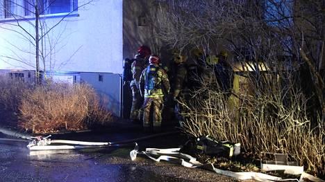 Kotkakujalla Espoossa sijaitsevan kerrostalon lastenvaunuvarastossa paloi lastenvaunut.
