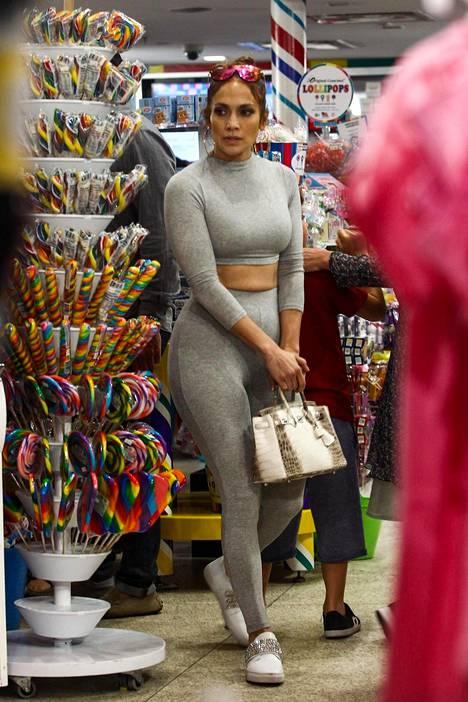 Jennifer Lopez kuvattiin viikonloppuna kauppareissulla.