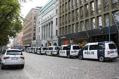 Suuri määrä poliisipartioita huolehti keskustan turvallisuudesta.