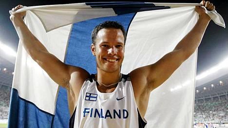 Tero Pitkämäki tuuletti maailmanmestarina Osakassa 2007.