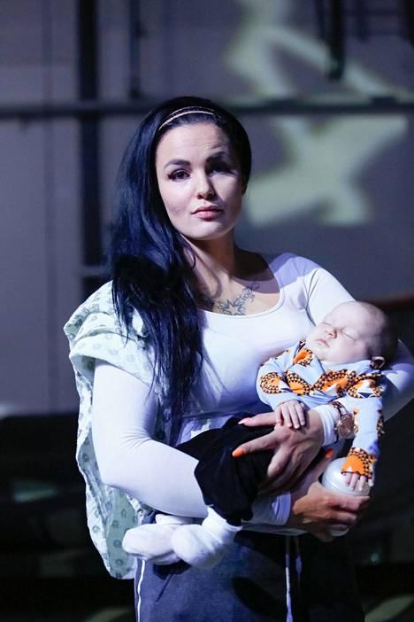 –Pelkäsin etukäteen, olenko hyvä äiti vai en. Kun ottaa asian ja päivän kerrallaan, niin kaikella on tapansa järjestyä, Nadia Ammouri sanoo.