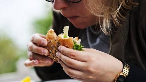 Yksin syöminen yleistyy, yhteiset ruokahetket vähenevät.