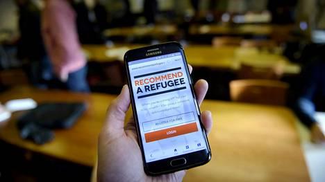 Recommendarefugee.com -nettisivu KSF Median turvapaikanhakijoiden työllistymisprojektia esittelevässä tiedotustilaisuudessa Auramon vastaanottokeskuksessa Vantaalla 15. helmikuuta.