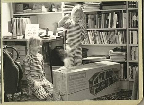 Annan ja pikkusisko Lotan (oik.) leikkihetki 1978.