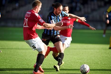 Vahid Hambo (keskellä) puuttuu Interiltä. HIFK saa keskittyä heppoisempiin Ilveksen hyökkääjiin.
