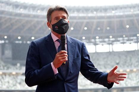 Kansainvälisen yleisurheiluliiton puheenjohtaja Sebastian Coe puhui medialle Tokion stadionilla viime lokakuussa.