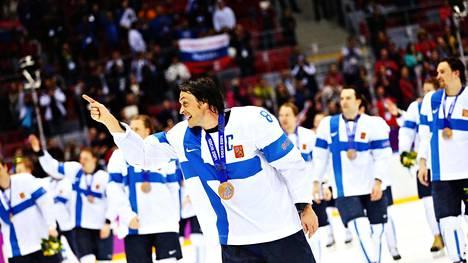 Teemu Selänne ja muu Leijonien joukko juhlivat Suomen olympiapronssia Sotshin olympialaisissa 2014.
