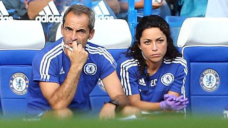 Eva Carneiro tarkkaili ottelun kulkua Chelsean lääkärinä Valioliigan ottelussa vuonna 2015.