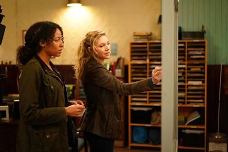 Cassie Dewell (Kylie Bunbury) ja Jenny Hoyt (Katheryn Winnick) riitelevät samasta miehestä mutta tutkivat silti yhdessä kadonneiden tyttöjen tapausta.