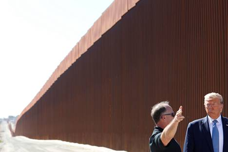 Trump lupasi muurin Yhdysvaltojen ja Meksikon väliselle radalle. Kuvassa hän vierailee rajalla Otay Mesassa, Kaliforniassa.
