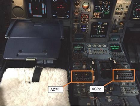 Ohjauspaneelin epäkuntoon menneet osat on kuvassa merkitty oransseilla kehyksillä. Vasemmalla päälentäjän puoleinen osa ja oikealla kakkoslentäjän puoleinen osa.