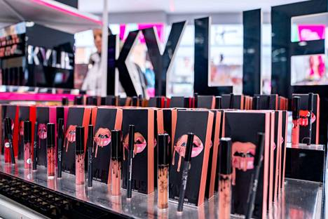Kylie Jenner pysyy vahvasti mukana Kylie Cosmeticsissa kauppojen jälkeenkin.