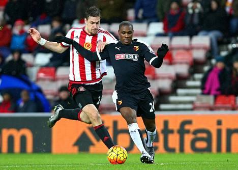 Watfordin Odion Ighalo (oik.) taisteli lauantaina Sunderlandin Sebastian Coatesia vastaan.