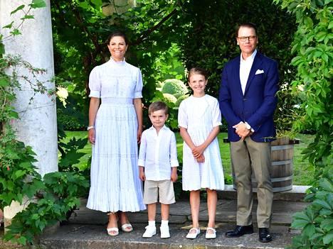 Kruununprinsessan perhe oli pukeutunut kesäisen vaaleasti.