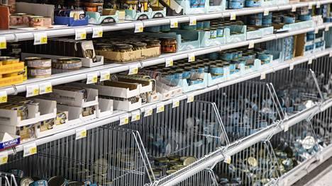 Myös Suomessa säilykkeet, leivät, vessapaperi ja hedelmät ovat paikoin loppuneet. Kauppiaat ovat kuitenkin korostaneet, että tilanne on vain väliaikainen.