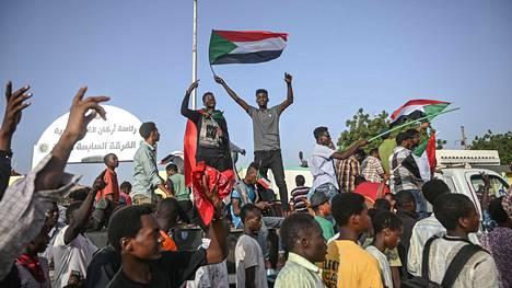 Mielenosoittajia pääkaupunki Khartumissa 27. huhtikuuta 2019.