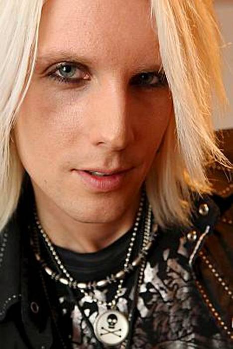 Norjalaisbändi Malice in Wonderlandin laulaja Chris Wicked coveroi Baddingin Tähdet tähdet -kappaletta englanniksi Nenäpäivän keräyslähetyksessä.